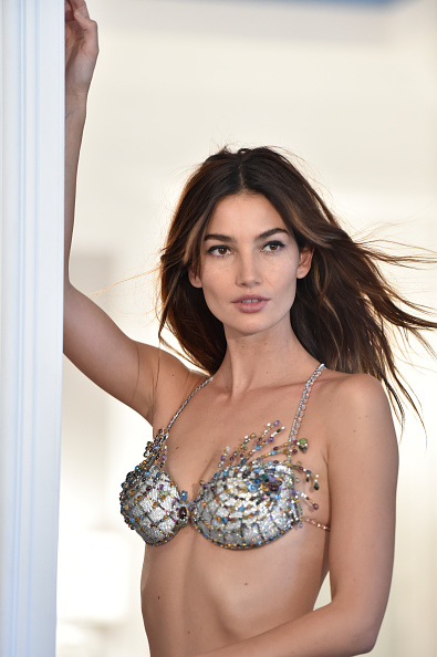 Mike Coppola「Victoria's Secret Fantasy Bra Campaign Behind-The-Scenes With Lily Aldridge」:写真・画像(1)[壁紙.com]
