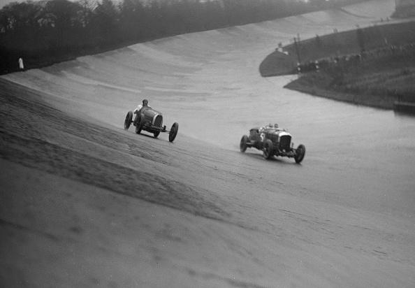 Curve「Bugatti and Bentley of Eddie Hall racing at a BARC meeting, Brooklands, Surrey, 1931」:写真・画像(6)[壁紙.com]