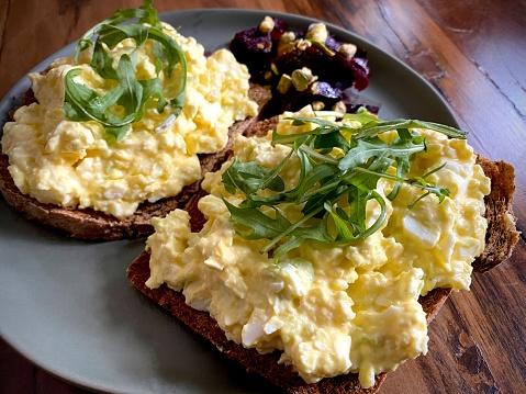 Ketogenic Diet「Egg salad sandwich with fresh arugula」:スマホ壁紙(1)