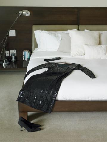 Dress「Black dress and purse on bed」:スマホ壁紙(17)