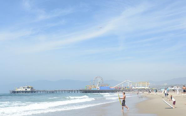 Santa Monica「Space Shuttle Endeavour Arrives In L.A. Atop Transport Plane」:写真・画像(3)[壁紙.com]