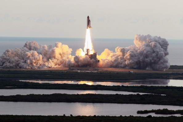 Space Shuttle Endeavor「Space Shuttle Endeavour Launches Under Command Of Astronaut Mark Kelly」:写真・画像(2)[壁紙.com]
