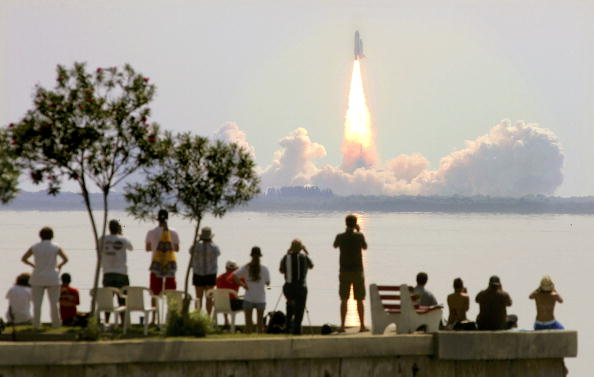 Taking Off - Activity「NASA Returns To Flight With Launch of Space Shuttle Discovery」:写真・画像(7)[壁紙.com]