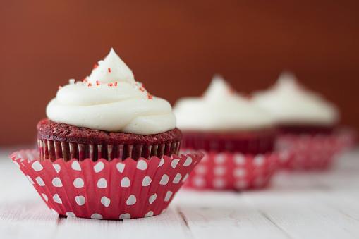Velvet「Three red velvet cupcakes on table」:スマホ壁紙(4)