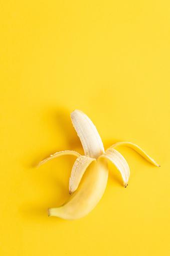 Banana「Banana on yellow surface」:スマホ壁紙(14)