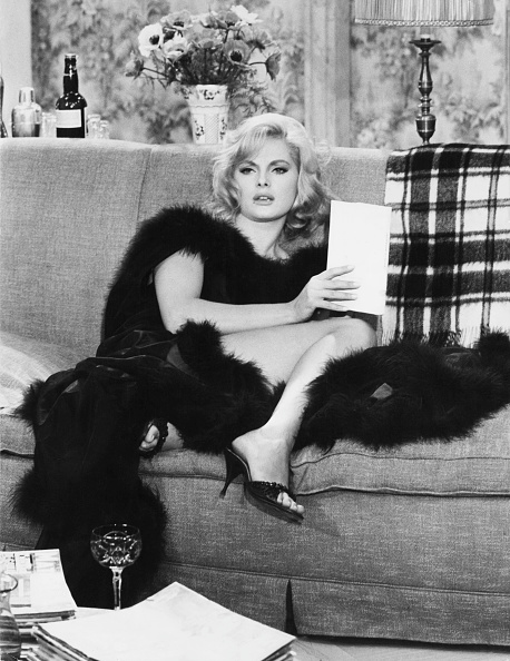 Sofa「Virna Lisi In The Dolls」:写真・画像(12)[壁紙.com]