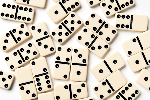 Leisure Games「Scattered ivory domino pieces isolated on white background」:スマホ壁紙(17)