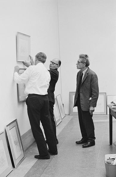Hanging「Giacometti Supervises Show」:写真・画像(14)[壁紙.com]
