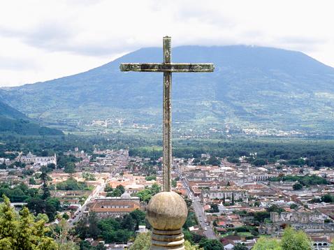 アグア火山「Guatemala, Antigua, cross overlooking town」:スマホ壁紙(14)