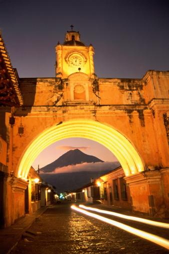アグア火山「Guatemala, Antigua, Santa Catalina Arch and Volcan de Agua volcano」:スマホ壁紙(5)