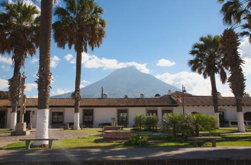 アグア火山「Guatemala, Antigua, Cottage with Volcan de Aqua volcano in background」:スマホ壁紙(15)