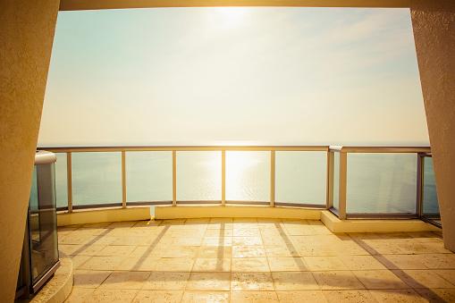 St「Balcony overlooking ocean and sunny sky」:スマホ壁紙(13)