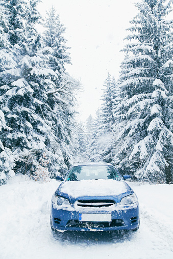 Dirt Road「Bulgaria, Vitosha, car on a snowy road」:スマホ壁紙(0)