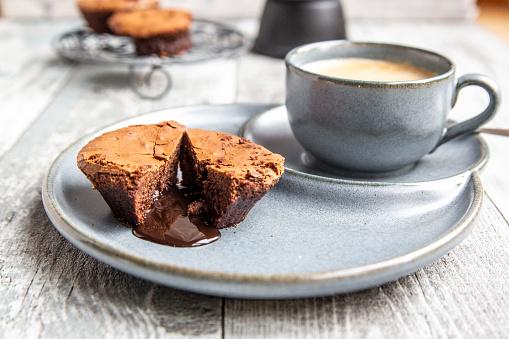 Chocolate「Chocolate muffin with liquid chocolate on plate with coffee cup」:スマホ壁紙(13)