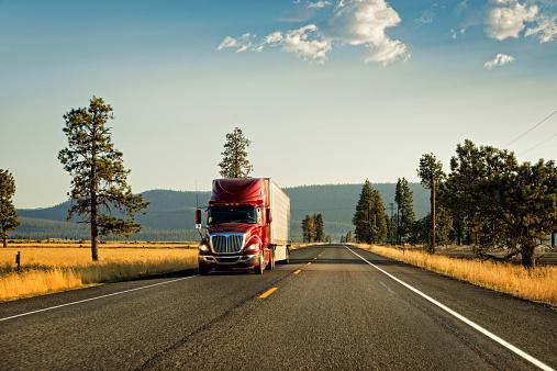 Shipping「Truck on an empty highway」:スマホ壁紙(7)