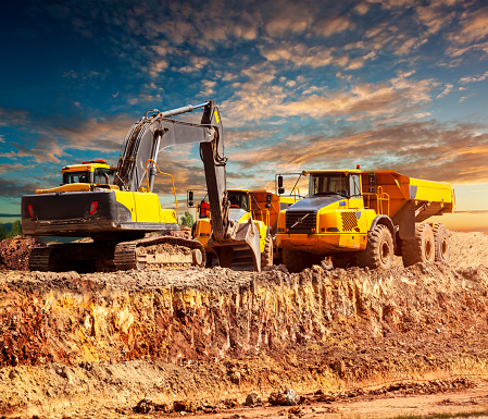 Piston「Excavator and dump trucks on the construction site」:スマホ壁紙(13)
