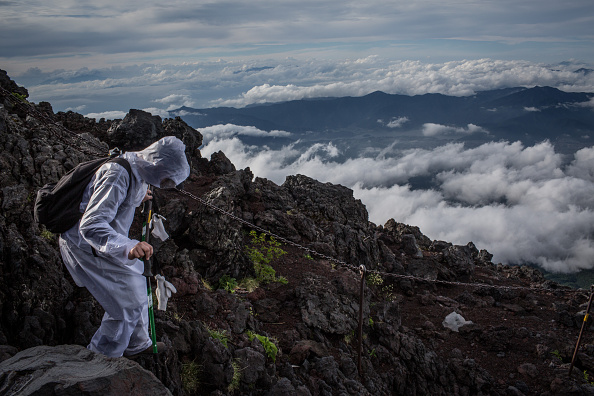 Mount Fuji「Mount Fuji Climbing Season Begins」:写真・画像(2)[壁紙.com]