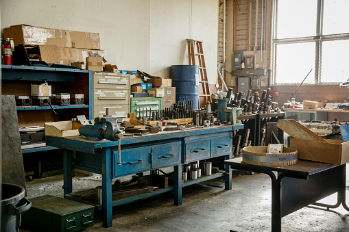 St「Workbench and tools in metal shop」:スマホ壁紙(2)
