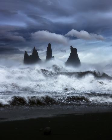 黒砂「Waves crashing along rocky coastline, Iceland」:スマホ壁紙(10)