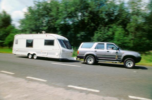 Road「1995 Toyota Landcruiser towing large caravan at speed」:写真・画像(17)[壁紙.com]