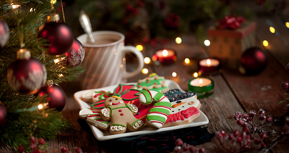 Gingerbread Cookie「Christmas gingerbread man, cookies and hot chocolate on an old wood background」:スマホ壁紙(5)