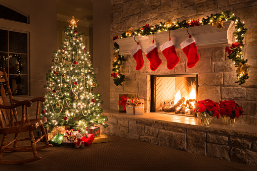 Mantelpiece「Christmas. Glowing fireplace, hearth, tree. Red stockings. Gifts and decorations.」:スマホ壁紙(2)