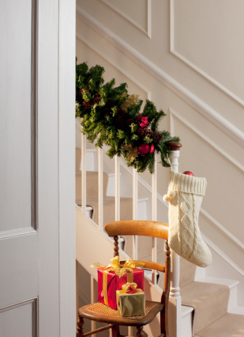 Floral Garland「Christmas gifts and stocking near staircase」:スマホ壁紙(12)
