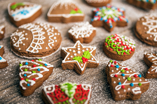Gingerbread Cookie「Christmas gingerbread cookies on wooden table arranged」:スマホ壁紙(13)