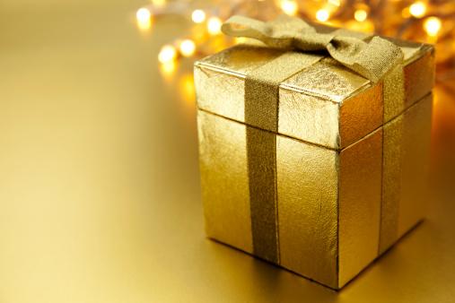 Gift Box「Christmas Gift on Gold Background」:スマホ壁紙(6)