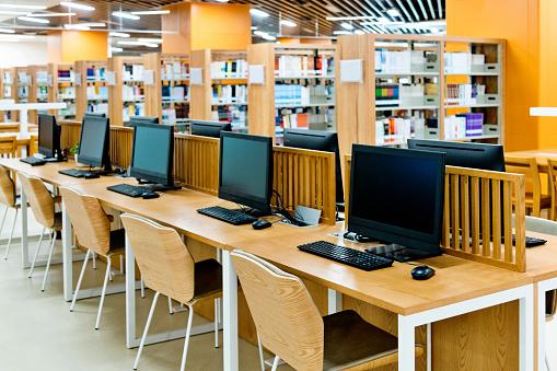 E-Learning「Computer and bookshelves in modern library」:スマホ壁紙(8)