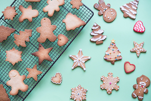 Biscuit「Unfinished and decorated gingerbread cookies」:スマホ壁紙(14)