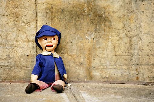 Doll「Ventriloquist Dummy Sitting Against Concrete Wall」:スマホ壁紙(1)