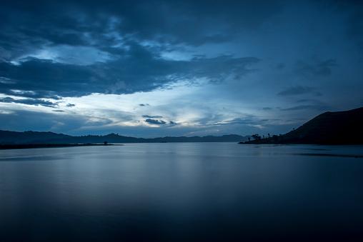 Volcano「Lake Mutanda at dusk」:スマホ壁紙(9)