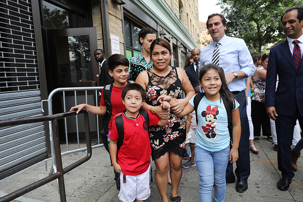 Human Interest「Immigrant Mother Reunited With Her Three Children After Being Detained Separately」:写真・画像(4)[壁紙.com]