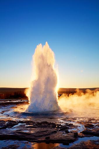 アイスランド ゴールデンサークル「Strokkur geysir erupting, Haukadalur」:スマホ壁紙(5)