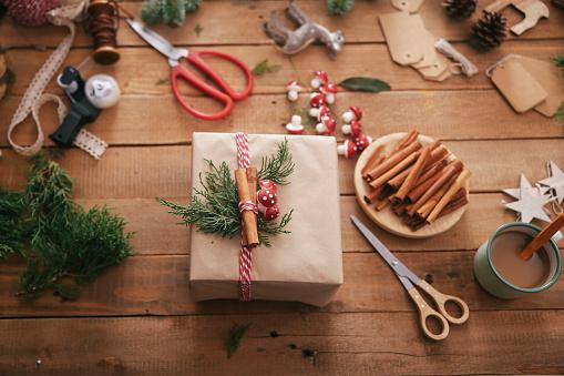 Christmas Paper「Wrapped Christmas present」:スマホ壁紙(0)
