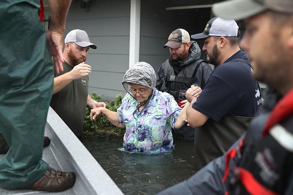 Assistance「Epic Flooding Inundates Houston After Hurricane Harvey」:写真・画像(17)[壁紙.com]