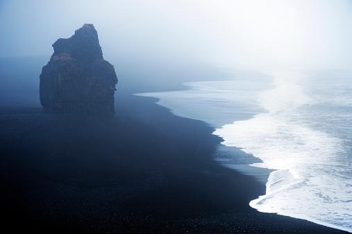 ヴィック「Waves washing up by rock formation on beach」:スマホ壁紙(12)