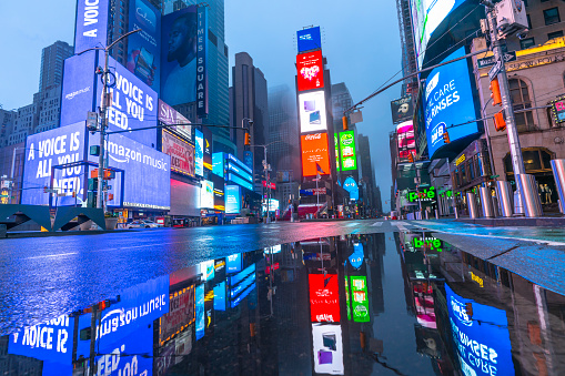 COVID-19「New York. People and traffic disappeared from Times Square for impact of COVID-19 in the rainy dawn New York City NY USA on Mar. 29 2020.」:スマホ壁紙(7)