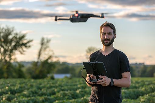 無人操縦機「夕暮れ時の無人リモート コント ローラーを使用して男パイロット」:スマホ壁紙(17)