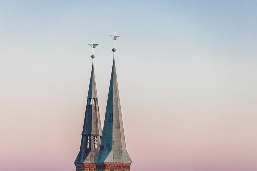 St「Germany, Nuremberg, spires of St. Sebaldus Church in the evening」:スマホ壁紙(15)