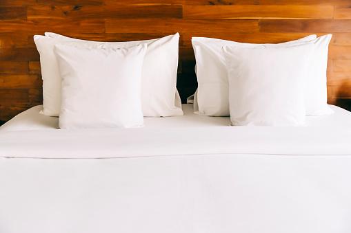 Bedding「Empty bed in modern hotel room」:スマホ壁紙(14)