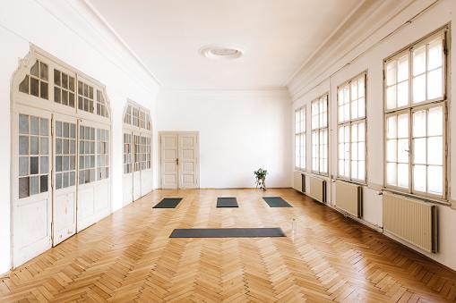 Pilates「High angle shot of a bright yoga studio」:スマホ壁紙(18)