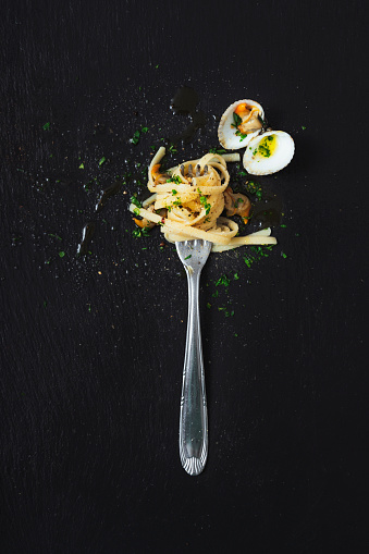 Colored Background「High angle view of clams and noodles in fork on black background」:スマホ壁紙(15)