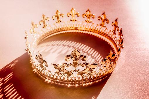 Crown - Headwear「High angle view of crown and shadow」:スマホ壁紙(13)