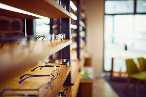 Doctor「Glasses in an optician's shop sorted in a row on the shelf」:スマホ壁紙(19)