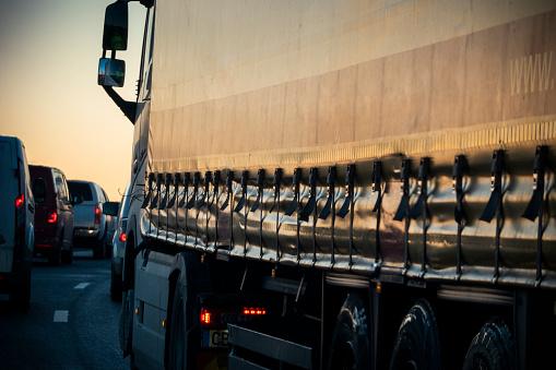 Lining Up「Truck on highway at dusk」:スマホ壁紙(18)