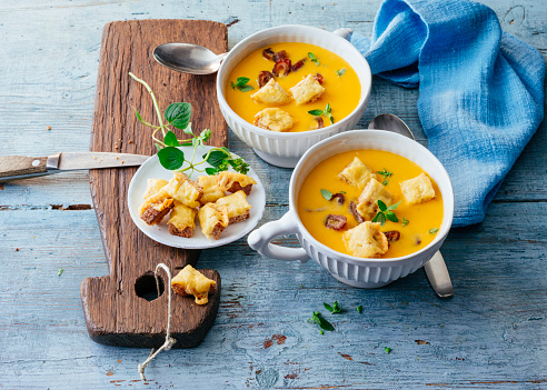 Crouton「Bowls of pumpkin soup with cheese croutons and bacon」:スマホ壁紙(11)