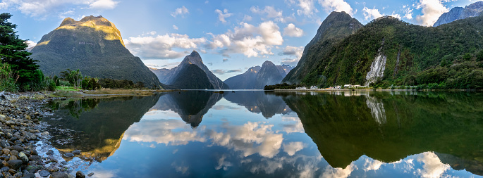 Fiordland National Park「New Zealand, Scenic panorama of mountains reflecting on shiny surface of Milford Sound」:スマホ壁紙(8)