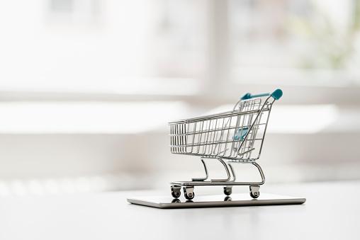 E-commerce「Empty mini shopping cart on tablet」:スマホ壁紙(1)